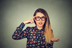 Gniewna kobieta gestykuluje z jej palcem przeciw świątynny pytać jest tobą szalonym? Fotografia Royalty Free