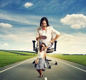 Gniewna kobieta i mała dancingowa kobieta Zdjęcie Stock