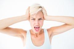 Gniewna kobieta krzyczy jej głowę i trzyma Zdjęcia Royalty Free