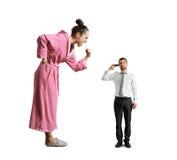 Gniewna kobieta krzyczy przy małym zmęczonym mężczyzna Obrazy Stock
