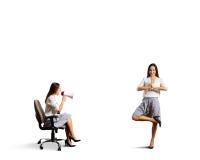 Gniewna kobieta krzyczy przy spokojną kobietą Fotografia Stock