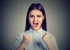 Gniewna kobieta krzyczy z pięściami up w powietrzu zdjęcia royalty free
