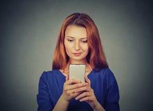 Gniewna kobieta nieszczęśliwa, dokuczający coś na telefonie komórkowym texting otrzymywający złą sms wiadomość Zdjęcie Stock
