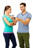 Gniewna kobieta Patrzeje Szczęśliwego mężczyzna Ciie Kredytową kartę obraz stock