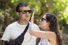 Gniewna kobieta policzkuje jej partnera Zdjęcia Stock