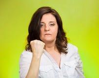 Gniewna kobieta stawia w górę pięści ostrzeżenia Zdjęcia Stock