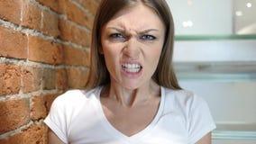 Gniewna kobieta Wrzeszczy i Nadużywa, Siedzący w biurze Obrazy Stock