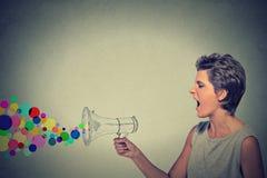 Gniewna krzycząca młoda kobieta z megafonem Zdjęcie Stock