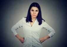 Gniewna młoda brunetki kobieta patrzeje kamerę zdjęcie stock