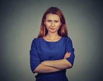 Gniewna młoda kobieta nierada, być skeptical, zdjęcie stock