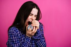 Gniewna niespokojna kobieta z budzikiem Brak czas obrazy stock