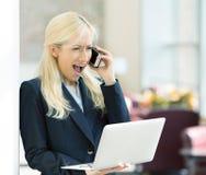 Gniewna nieszczęśliwa kobieta krzyczy na telefonie Fotografia Stock