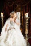 Gniewna, okrutna królowa na tronie, Królewski osoba profil Fotografia Stock