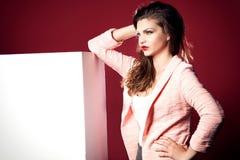 Gniewna piękna dziewczyna z pustą deską Obraz Stock