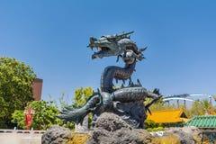 Gniewna przyglądająca smok statua Fotografia Stock