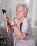 Gniewna stara kobieta z ax Zdjęcie Stock
