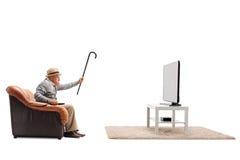 Gniewna starsza dopatrywanie telewizja Zdjęcie Royalty Free