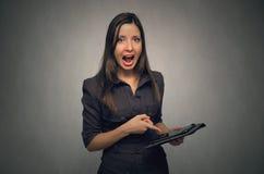 Gniewna szef kobieta z pastylka komputerem osobistym Zdjęcie Royalty Free