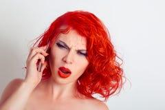 Gniewna telefon rozmowa Szokująca gniewna dziewczyna opowiada przy wiszącą ozdobą Zdjęcia Royalty Free