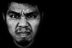 Gniewna twarz mężczyzna na czarnym tle Obrazy Royalty Free