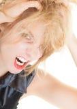 Gniewna upaćkana biznesowa kobieta krzyczy z usta szeroko otwarty. Kłopot w pracie. obraz royalty free