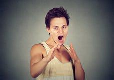 Gniewne, szalenie, wściekłe mężczyzna dźwigania ręki w powietrzu z karate, siekają Zdjęcia Royalty Free