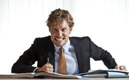 Gniewnego bsuinessman szlifierscy zęby zdjęcie stock