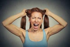 Gniewnej kobiety krzyczący działanie out zdjęcia stock