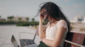Gniewnej młodej kobiecie z laptopem dostają złą wiadomość i reagować problem zbiory