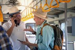 Gniewni Azjatyccy backpackers ma problem i dyskutuje podróż pociągiem zdjęcia royalty free