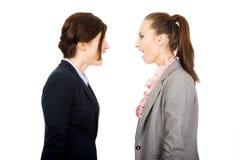 Gniewni businesswomans krzyczy przy each inny Obraz Stock