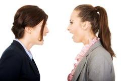 Gniewni businesswomans krzyczy przy each inny Fotografia Stock