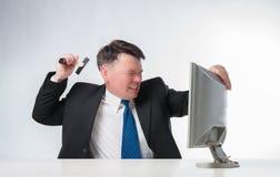 Gniewni mężczyzna trzyma młoteczkowego nadmiernego peceta monitoru Zdjęcie Stock