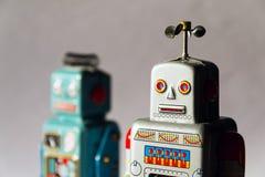 Gniewni rocznik cyny zabawki roboty, sztuczna inteligencja, mechaniczny doręczeniowy pojęcie fotografia stock