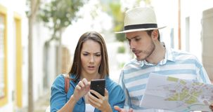Gniewni turyści używa psującego mądrze telefon zdjęcie wideo