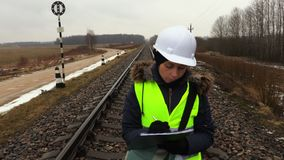 Gniewny Żeński kolejowy inżynier na kolei zbiory wideo