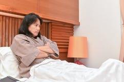 Gniewny żony czekania mąż iść z powrotem do domu fotografia stock