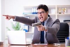 Gniewny agresywny biznesmen w biurze obrazy stock