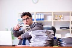 Gniewny agresywny biznesmen w biurze obraz royalty free