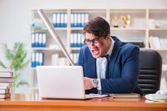 Gniewny agresywny biznesmen w biurze Zdjęcia Stock