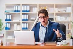 Gniewny agresywny biznesmen w biurze Obrazy Royalty Free