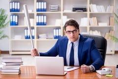Gniewny agresywny biznesmen w biurze Zdjęcia Royalty Free