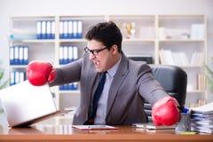 Gniewny agresywny biznesmen z bokserskimi rękawiczkami zdjęcie royalty free