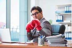 Gniewny agresywny biznesmen z bokserskimi rękawiczkami zdjęcia royalty free