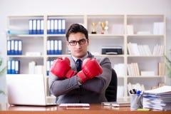 Gniewny agresywny biznesmen z bokserskimi rękawiczkami Fotografia Stock