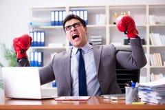 Gniewny agresywny biznesmen z bokserskimi rękawiczkami Zdjęcia Stock