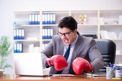 Gniewny agresywny biznesmen z bokserskimi rękawiczkami Obrazy Royalty Free