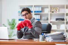 Gniewny agresywny biznesmen z bokserskimi rękawiczkami Fotografia Royalty Free