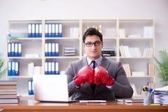 Gniewny agresywny biznesmen z bokserskimi rękawiczkami Obraz Stock