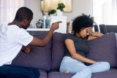 Gniewny amerykanin afrykańskiego pochodzenia mężczyzna kłóci się, krzyczący przy wzburzoną kobietą obraz royalty free